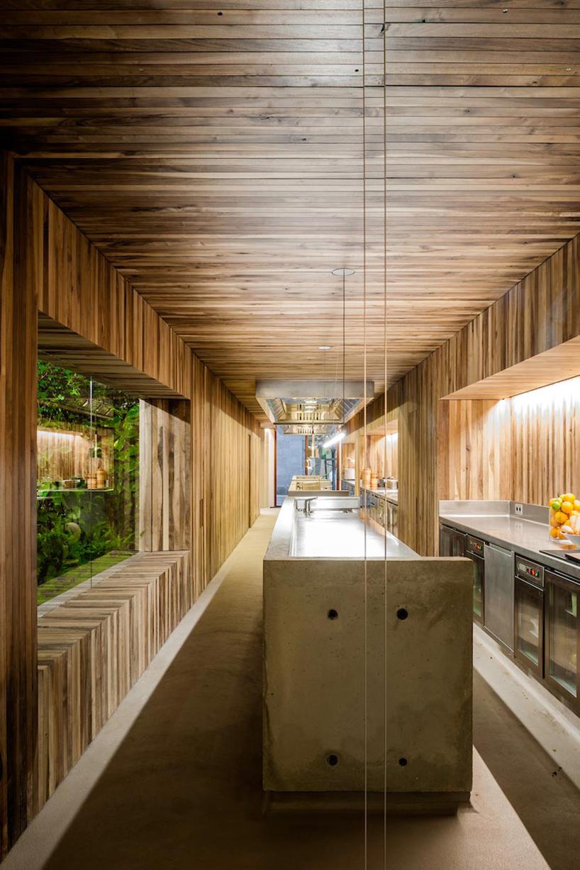 isay-weinfeld-green-spot-restaurant-barcelona-interiors-designboom-03.jpg