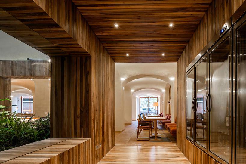 isay-weinfeld-green-spot-restaurant-barcelona-interiors-designboom-02 (1).jpg
