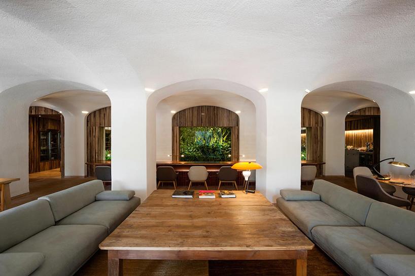 isay-weinfeld-green-spot-restaurant-barcelona-interiors-designboom-06.jpg
