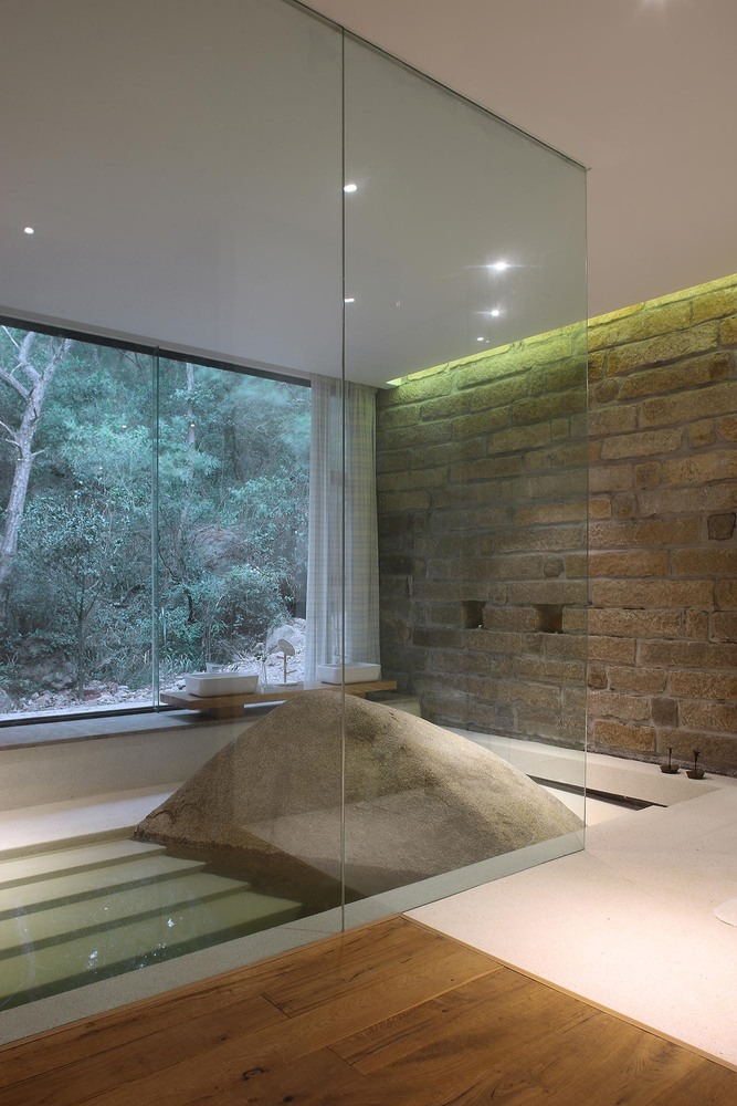 11__master_bedroom_bathtub.jpg
