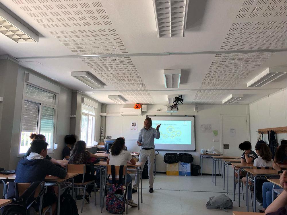 Juan Carlos Viniegra, nuestro coordinador del programa, explicando la labora de #HE a los alumnos de Institut Sant Pol de Mar.