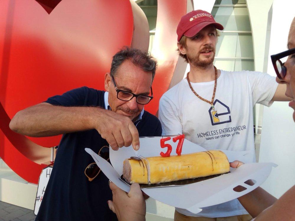 Celebrando el cumpleaños de Tomás, un #HomelessEntrepreneur que ya se ha graduado, durante el evento de #TodosDurmiendoEnLaCalle en el congreso del European Society of Cardiology.
