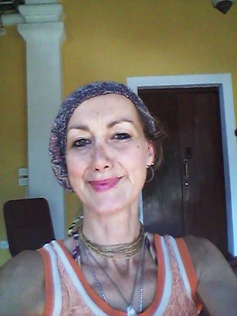 Profesora espiritual (Yoga, Reiki y Terapias Alternativas), cantante y bailarina.