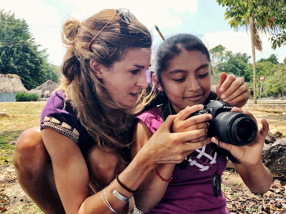Julie y Yaneli camera.jpg