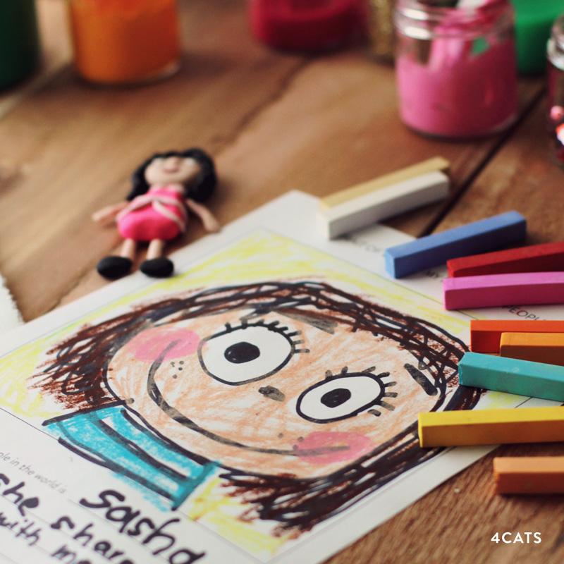 3. NOVEMBRE—LANGAGE: NARRATION À TRAVERS L'ART - La section Langage de la classe de Montessori encourage le développement des habiletés litéraires. Les activités de langage sont créées pour améliorer le vocabulaire des enfants et faire la distinction entre objets et images.Le dessin est l'un des multiples langage que les enfants utilisent pour parler de leur monde, pour eux-même et avec autrui.