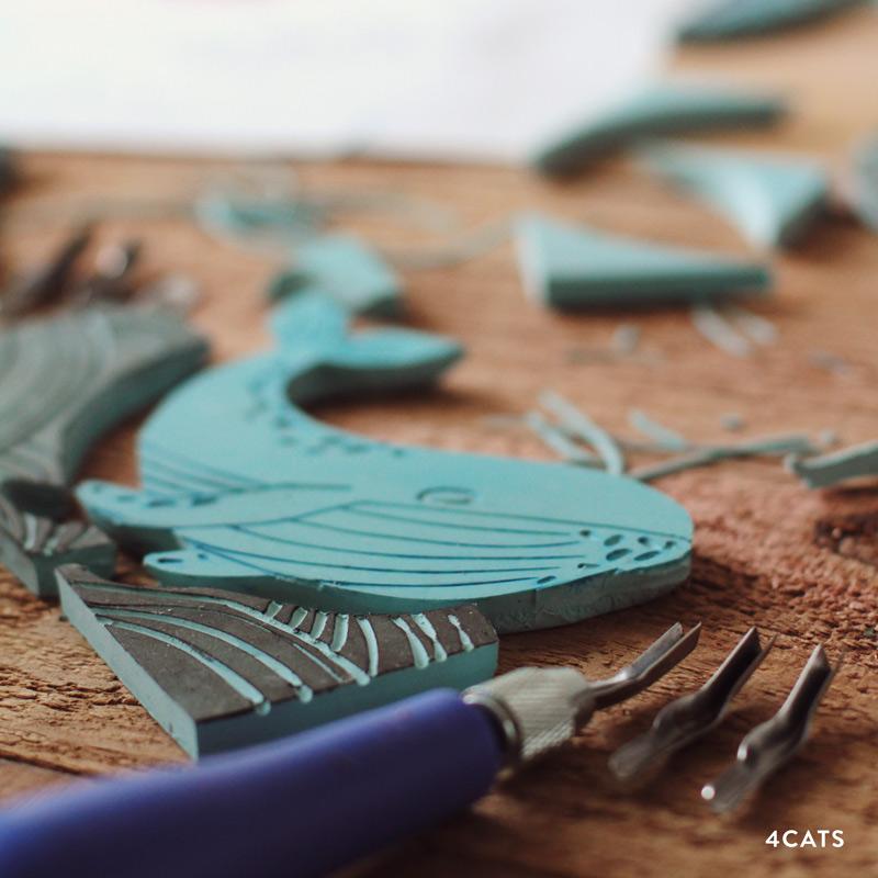 NOVEMBRE—SÉRIGRAPHIE - - outils et matériaux de sérigraphie | plaque d'impression en gel, couteau de lino, brayer de bloc de caoutchouc, baren, objets trouvés, étampes, encre d'impression pour écran, encre pour tissus, canvas et papier- techniques de sérigraphie | coupe de lino multi-couleur, pochoir, masquage, gravure, mono-impression, collage, couche et sérigraphie
