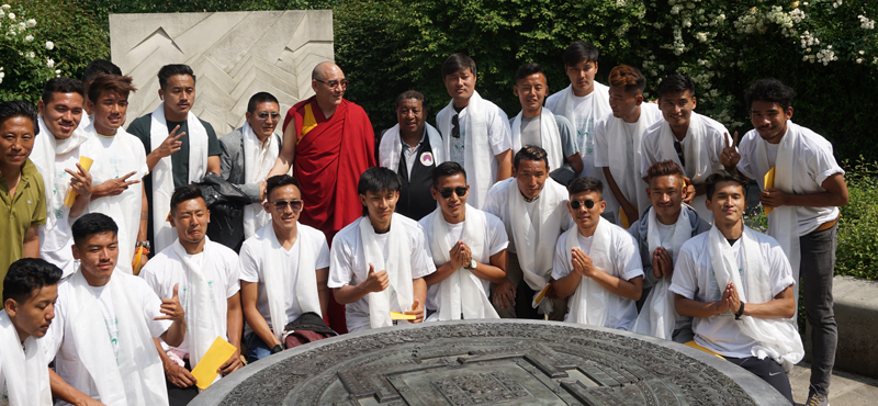 The consecration concluded with His Holiness and Martsang Kagyu London Centre presenting a khata and a gift to all 25 members of the Team Tibet squad
