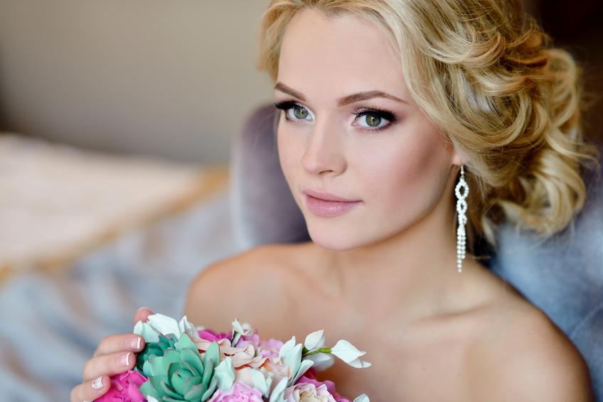 Das Hairstyling - Auch hier ist es wichtig, dass es zu Ihnen und zum Schnitt des Brautkleides, Schmuck und Schleier passt und perfekt auf Sie abgestimmten wird.