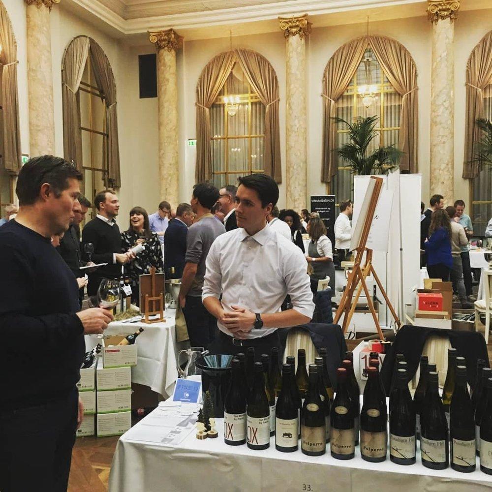 David viser vinene frem på Hotel d'Angleterre til Julevinmesse 2018