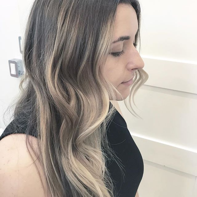 F R A M E D ••• Halo highlights give just enough brightness around the face in a jiffy. Perfect in between appointments or in between paychecks. ••• . . . . . . #torontohairstylist #balayage #halohighlights #hairinspo