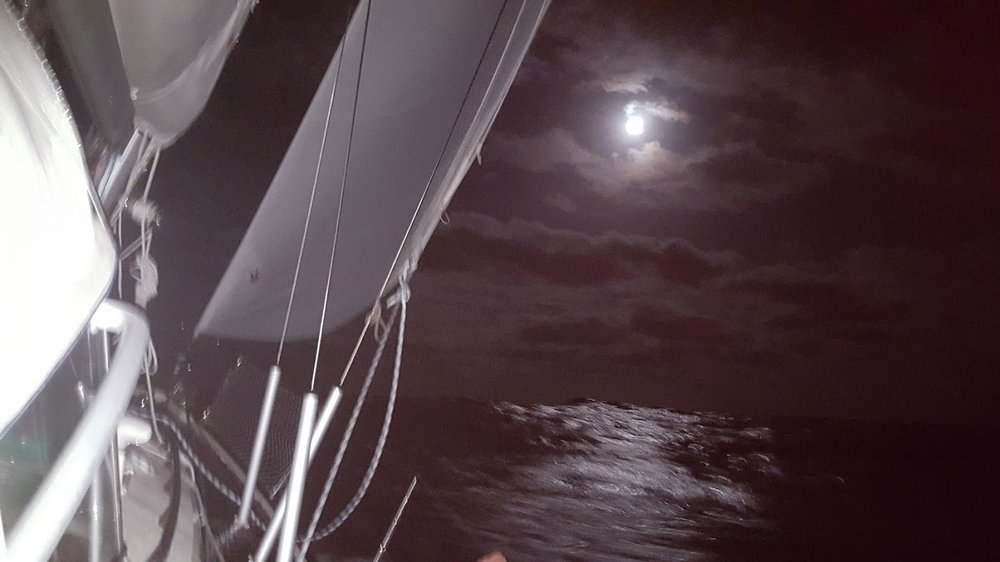Navegación nocturna a la luz de la luna.