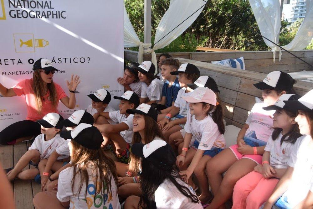 La audiencia más joven escuchando atenta la presentación de unplastify