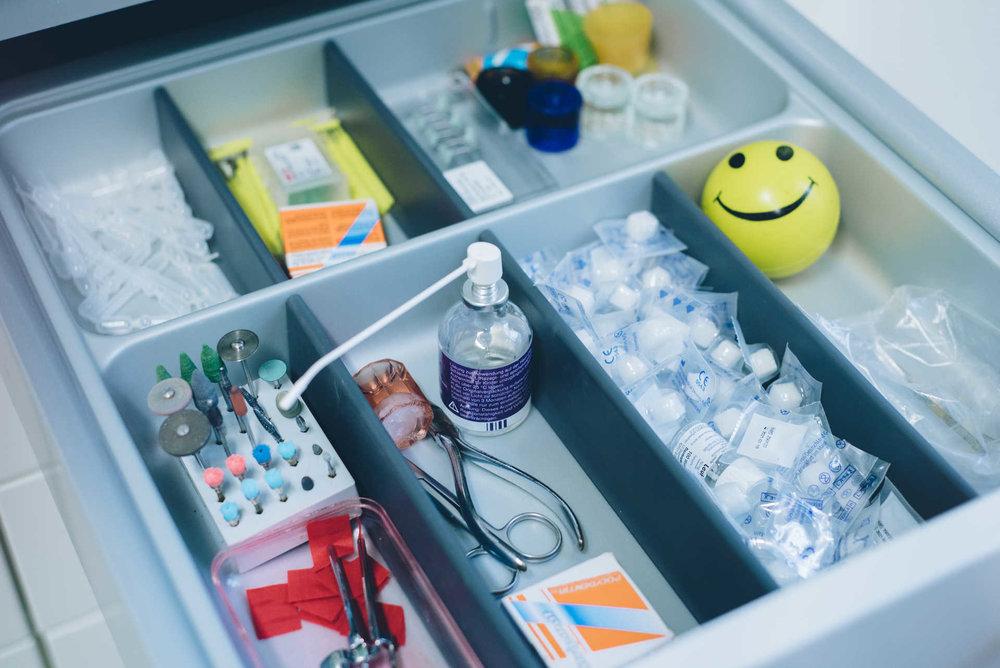 Atmosphäre   Niemand geht gerne zum Zahnarzt. Mein Team und ich, wir wissen das. Mit freundlichem Auftreten, direkter Kommunikation & fokussierter Arbeit möchten wir Ihnen Ihren Besuch so angenehm wie möglich machen.   Bildergallerie