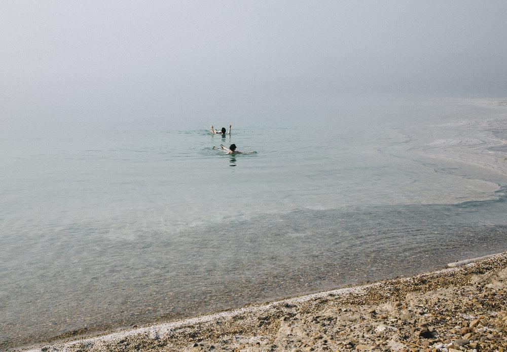 Sans bouée sur la mer Morte, Jordanie