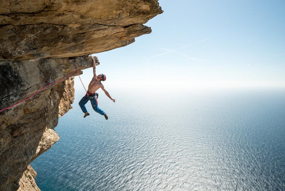 James Pearson s'amuse sur les falaises de Cassis, France