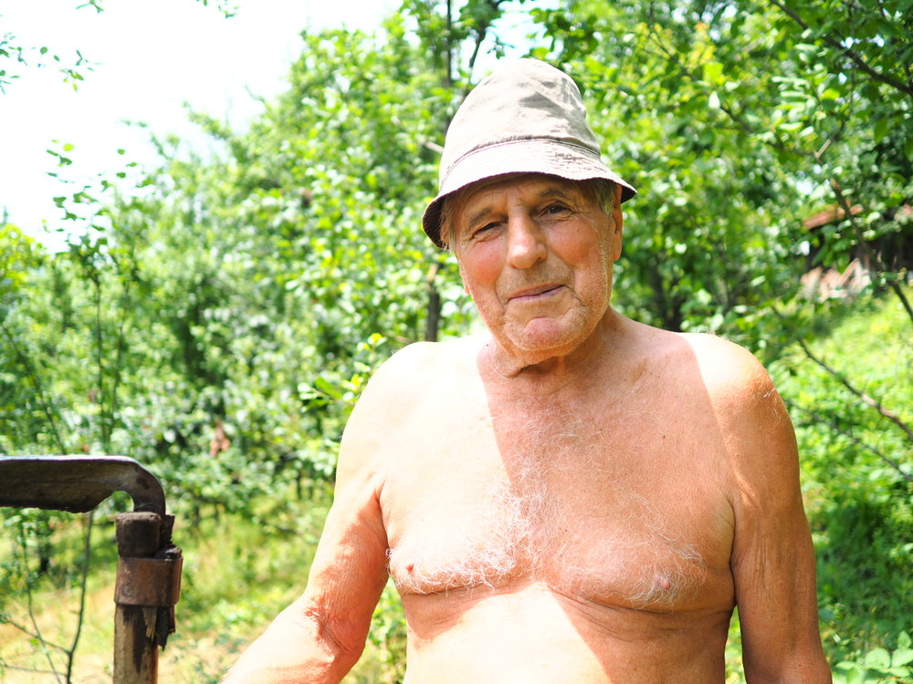 Retraité qui aide son fils à la ferme, Serbie