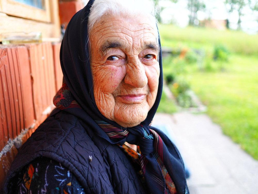 Retraitée qui observe le paysage depuis sa chaise, Serbie