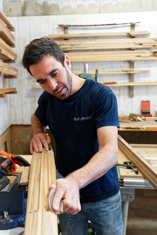 Carl ponce un fusil harpon dans son atelier, Villanova