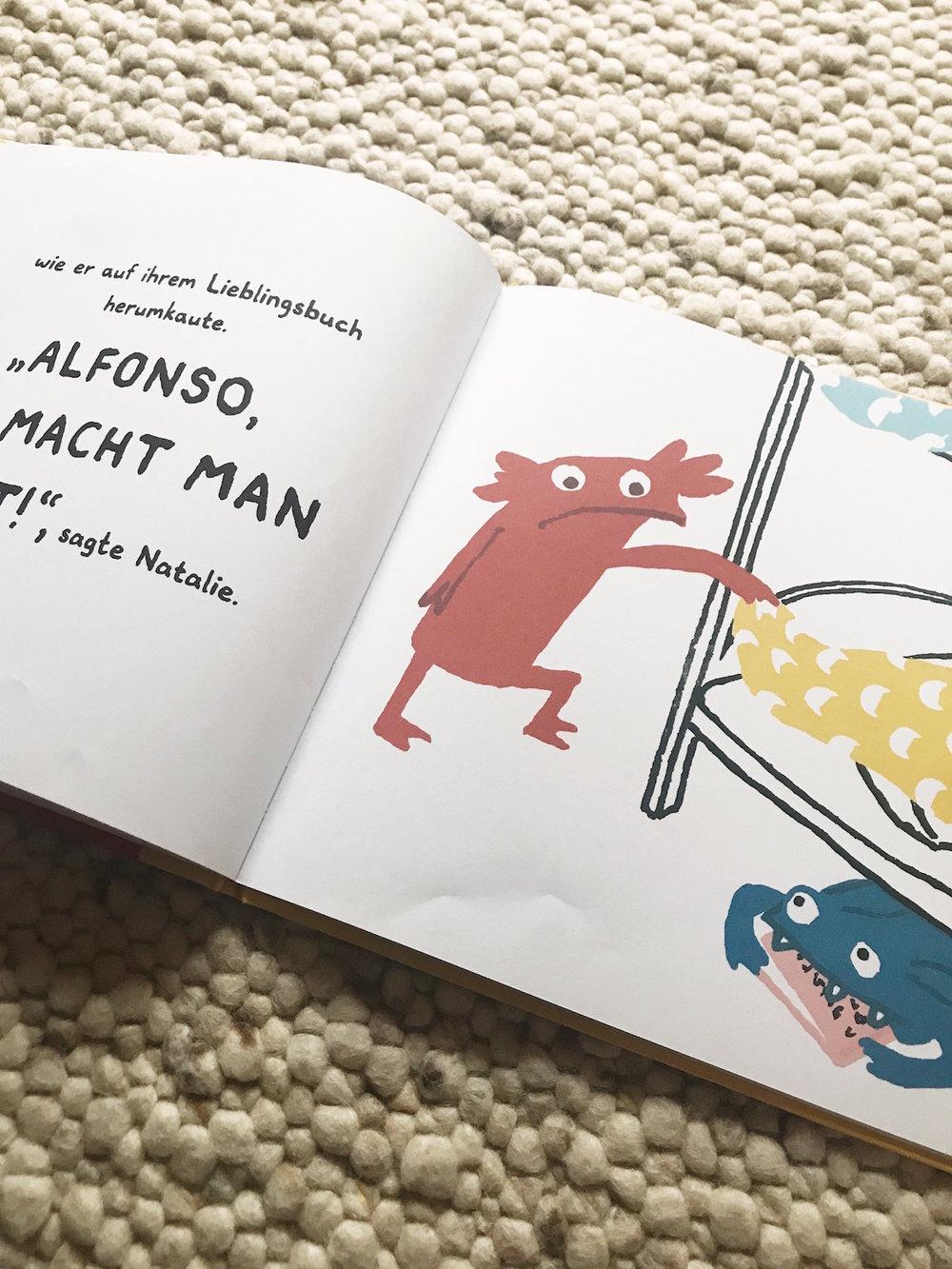 Natalie erwischt Alfonso als er an ihrem Lieblingsbuch knabbert.