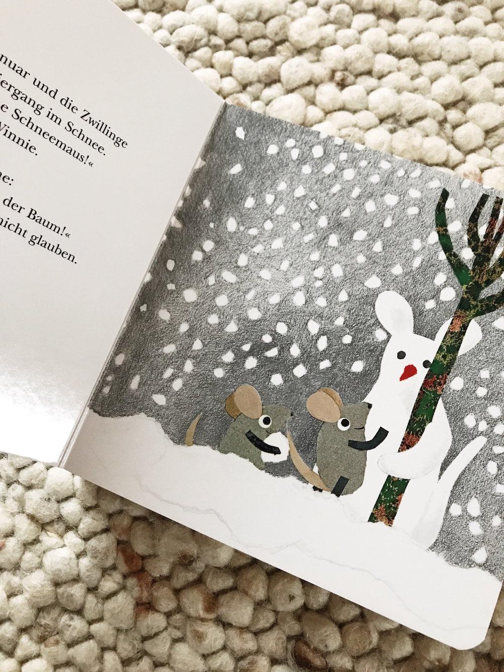 Beim Schneemaus-Bauen entdecken Winnie und Willy Rudi, den Baum.