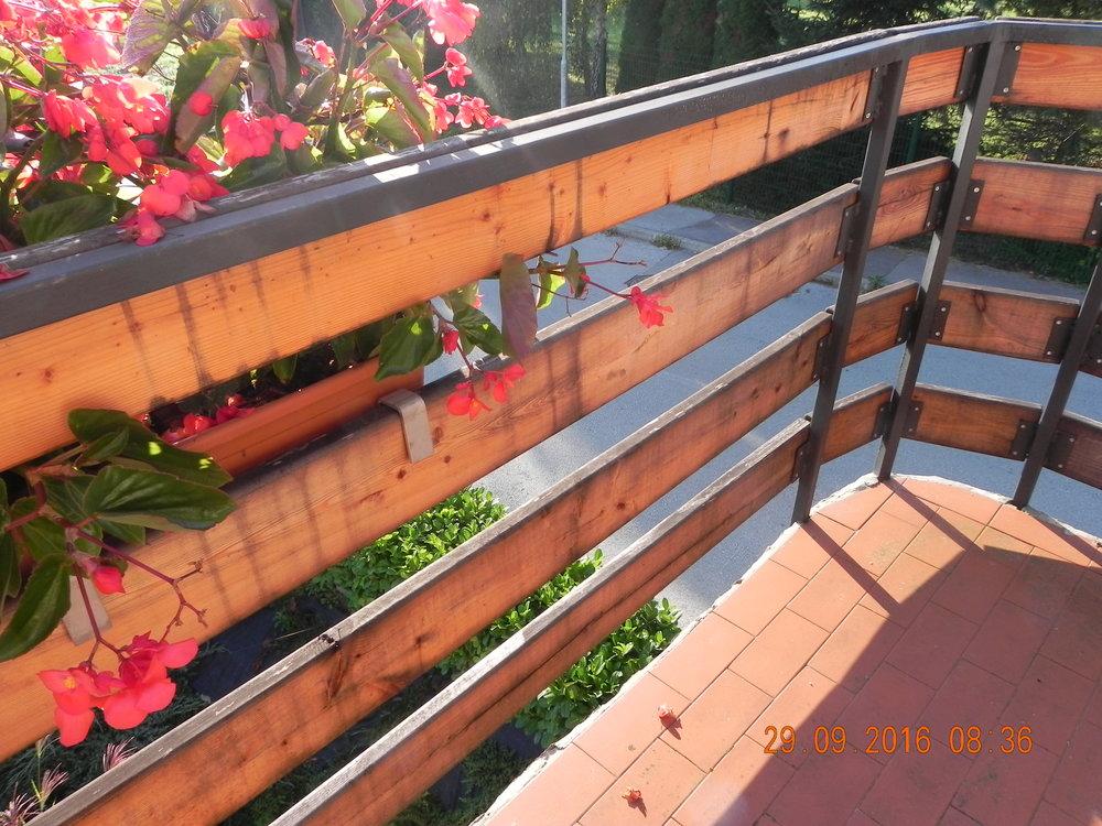 Zunanja stran nove balkonske ograje je počrnela po enem letu, notranja pa delno. Na sliki je razvidno kapljanje neke črne, zaradi dežja, nekoliko utekočinjene snovi. Boštanj (Radna).