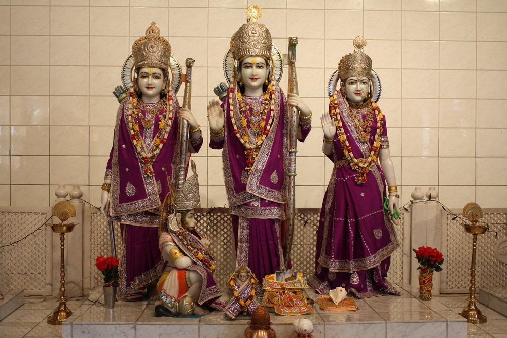 Rama, Sita, Lakshman og Hanuman i tempelet på Slemmestad.