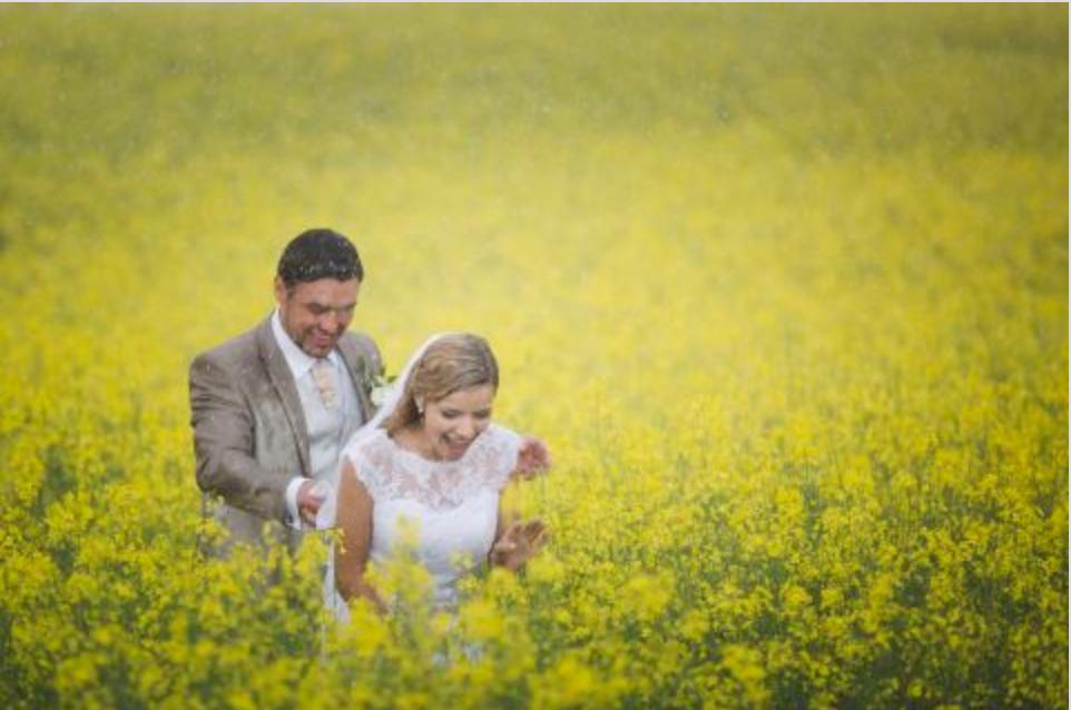 Pulmad Lõuna-Eestis - Romantiline pulmafoto vihmasajus