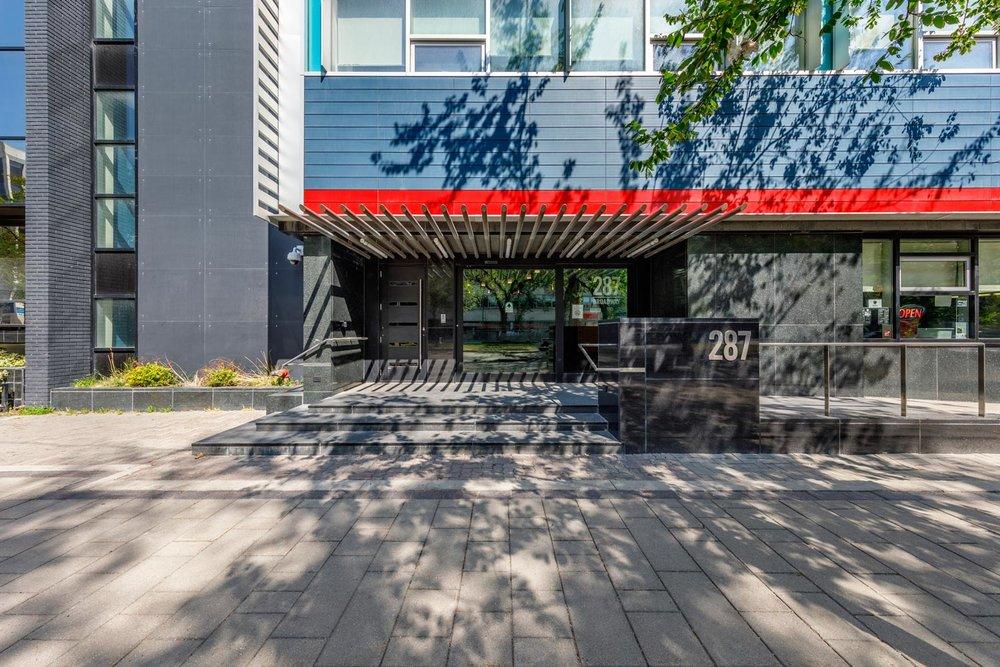 ….Textured granite steps and an accessible ramp allow fluid movement at the entry. ..Les marches en granite texturé et la rampe d'accès permettent un mouvement fluide à l'entrée. ….