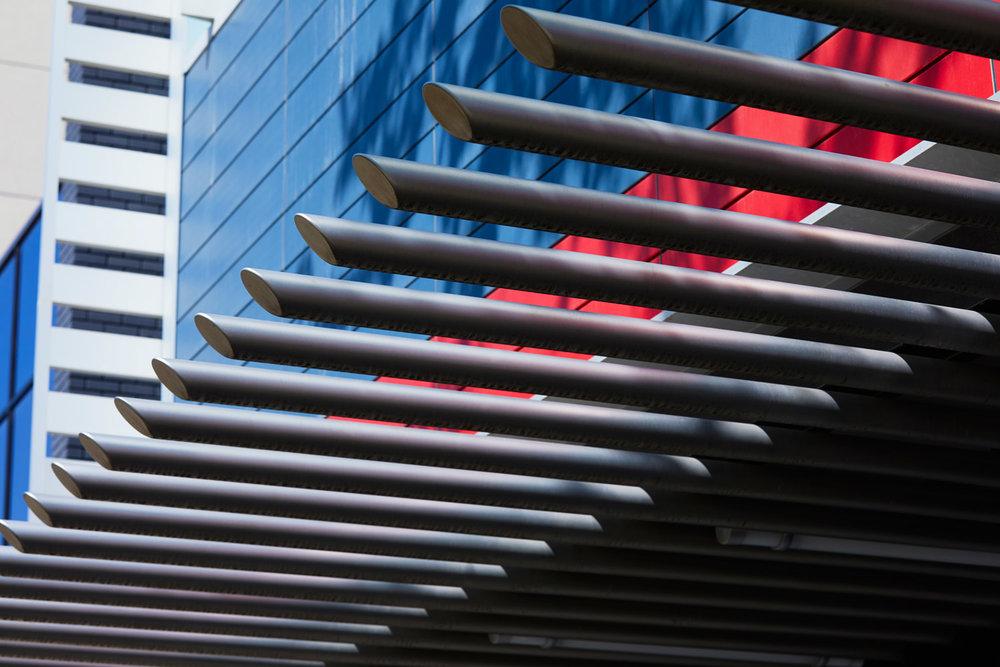 ….A canopy of stainless steel projections draws attention to the entrance. ..Une canopée composée de projections en acier inoxydable attire l'attention sur l'entrée. ….