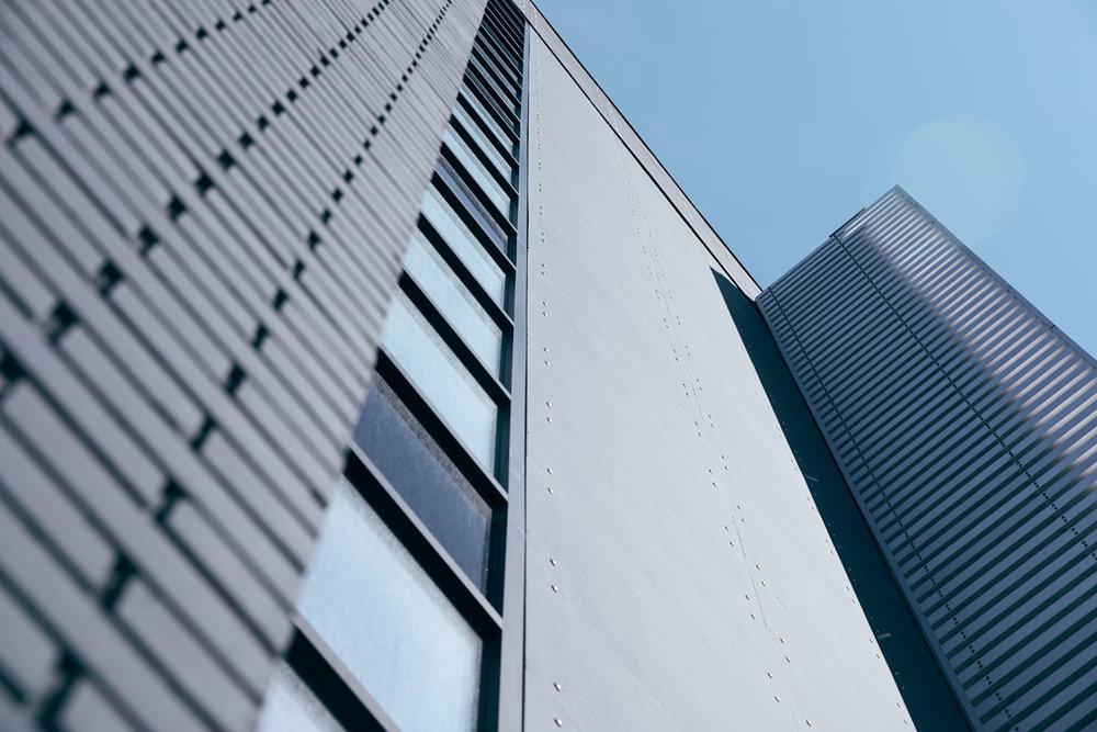 ….Artful aluminum fins punctuate the ends of the building and identify the main entrance. ..Des ailerons en aluminium marquent les extrémités du bâtiment et identifient l'entrée principale. ….