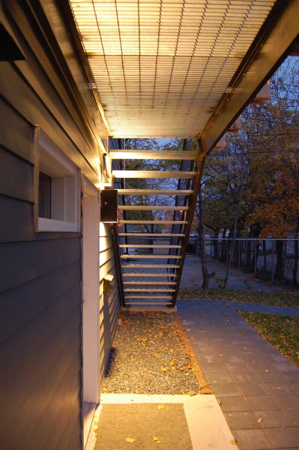 ….Second-floor decks hang from the roof structure so that entries below are free of obstructions and open to view. ..Les terrasses du deuxième étage sont suspendues à partir de la structure du toit, afin de libérer les entrées au-dessous. ….