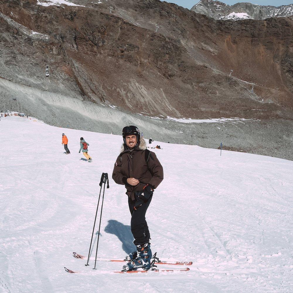 Que Julien apprenne à faire du ski. -