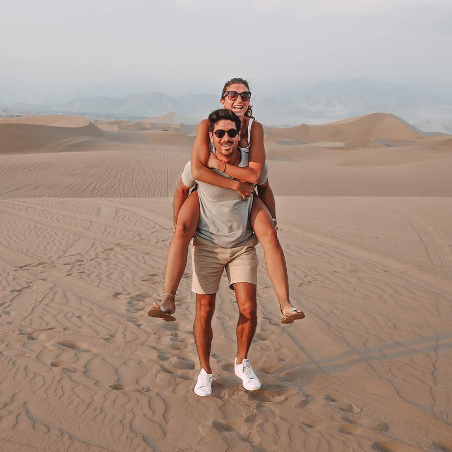 Faire du buggy dans le désert de sable à Ica au Pérou. -