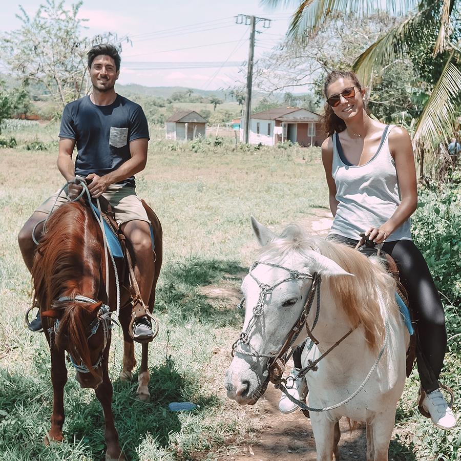 Faire du cheval dans la pampa de Viñales à Cuba. -