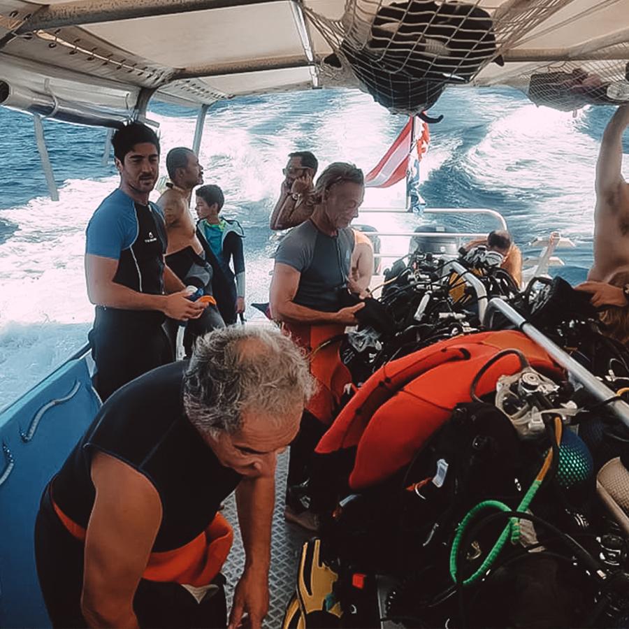 Faire de la plongée sous marine en allant jusqu'à 40 mètres. -