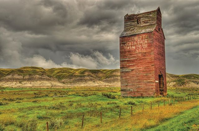 #grainelevator from the past #explorecanada #discovercanada #mycanada #ottawaphotographer #discoveralberta #hdrphotograhy #hdrphoto #landscapephotoghaghy #mood #clouds