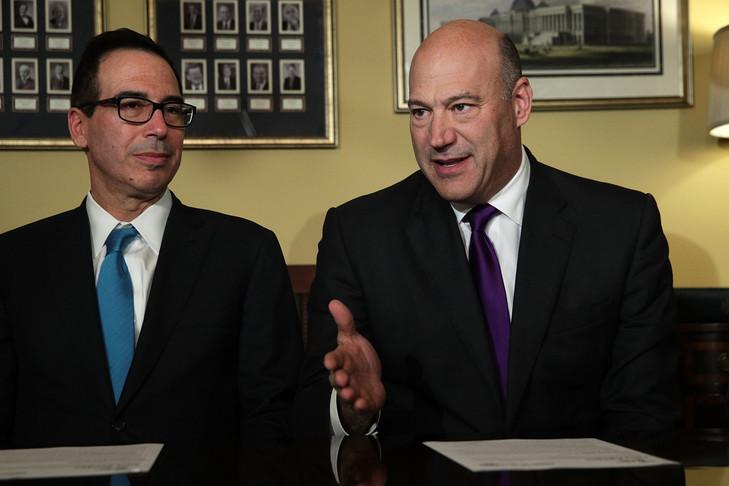 WASHINGTON, DC - 09 NOVEMBRE: Le secrétaire au Trésor Steven Mnuchin et le conseiller économique Gary Cohn présentent le projet de réforme fiscale à Washington, lors d'une réunion avec les membres du Comité des finances du Sénat le 9 novembre 2017 au Capitole à Washington , / ALEX WONG/AFP