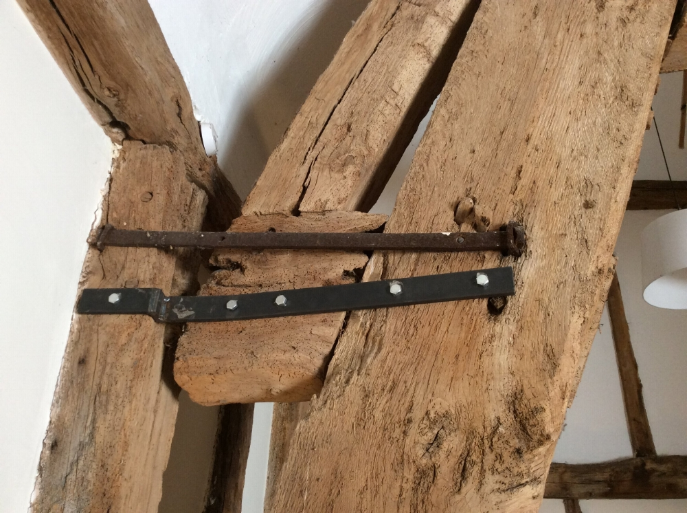 Beam-ties-cruck-frame-barn.JPG