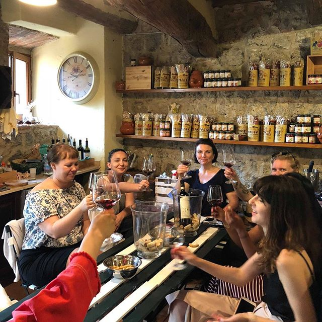 We had the chance to gather around a wine tasting in Monteriggioni, a truly beautiful village. ⠀ 🍷⠀ We learned how to taste wine like a boss, about the region, the red wine they are producing & also taste some truffle. The dream 😍⠀ ⠀ ⠀ ⠀ #travelogue #traveling #travelingram #travel #community  #travelers #igers #travelphotography #travelbloggers #photography #insider #city #guide #getaway #potd #communityfirst #love #wanderlust #exploration #wanderers #female #travelers #italy#winetastingitaly#winetasting #winetasting🍷 #winetastings #winetastingparty #winetastingtour #winetastingevent ⠀