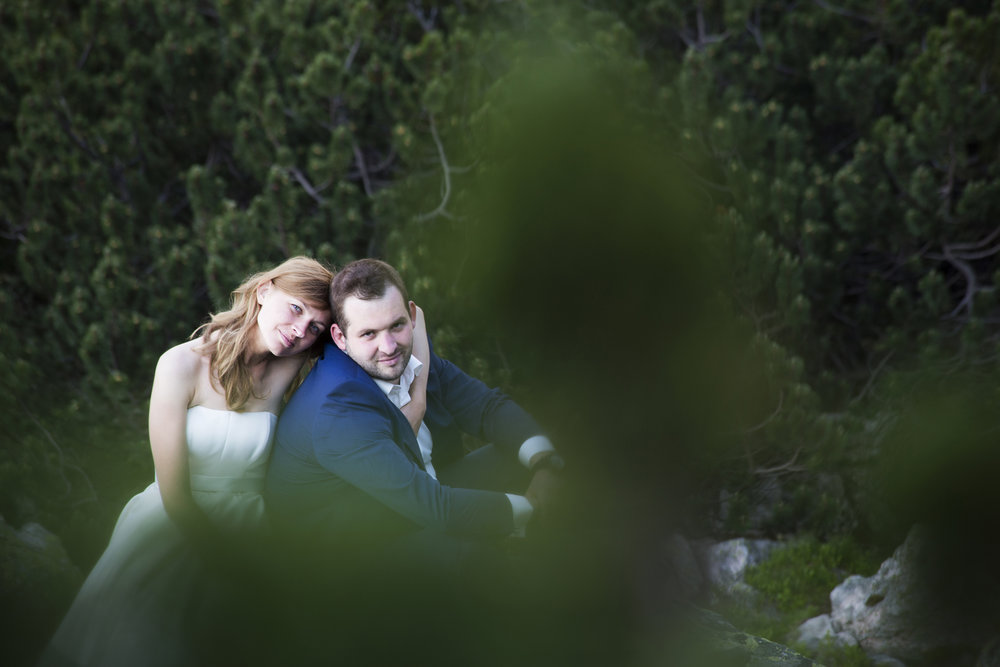 - Przeglądając zdjęcia na Twoim profilu bardzo szybko zauważyliśmy to, co profesjonalny fotograf powinien mieć. Urzekły nas nie tylko pomysłowe, niebanalne fotografie, w pełni oddające pasję i zaangażowanie, ale przede wszystkim uwiecznione na nich prawdziwe emocje i chwile radości. To, że właśnie Tobie powierzymy wykonanie zdjęć podczas uroczystości naszych zaślubin i później podczas pleneru w ukochanych Tatrach wiedzieliśmy jeszcze przed wyznaczeniem daty ślubu. Twoje zaangażowanie i profesjonalizm przy pracy musiało dać efekt zgodny z naszymi oczekiwaniami. Zdjęcia, które otrzymaliśmy, w pełni oddają ten magiczny dla nas czas. Romantyzm, radość i szczęście uwiecznione na fotografiach sprawiają, że za każdym razem podczas ich oglądania towarzyszą nam emocje tak silne jak w dniu ślubu. Krzysiek, bardzo dziękujemy za Twoją kreatywność, cierpliwość i pomysłowość.Asia i Damian