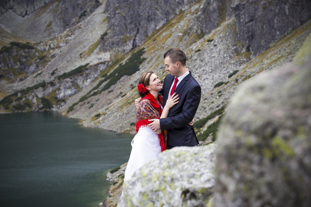 """- Wybór fotografa na nasz ślub i wesele był prosty...Krzysztof Baraniak. Skoro zdecydowaliśmy się mu powierzyć sesję plenerową w Tatrach, to czemu ktoś inny miałby być w tym ważnym dla nas dniu? Wybraliśmy Krzysztofa, gdyż jego osiągnięcia fotograficzne, które śledzimy chyba od początku stworzenia fanpage'u Tatromaniak, urzekły nas od """"pierwszego spojrzenia"""". W każdej fotce jest to coś, co powinien uchwycić fotograf na poziomie. Co roku też kupujemy kalendarz opracowany przez Krzysia :)Wracając do tematu, zdjęcia ze ślubu i wesela są rewelacyjne, odzwierciedlają one emocje towarzyszące nam i gościom w tym pięknym dla nas dniu, nie mówiąc już o sesji w plenerze. Oglądając te zdjęcia nie raz zakręciła się łezka w oku - są piękne! Aczkolwiek nie sposób jednym słowem wyrazić opinię na ich temat.Dziękujemy Ci bardzo za zaangażowanie, profesjonalizm, za wspaniałą współpracę. Praca z Tobą była samą przyjemnością - właściwie nie praca, tylko świetna zabawa. Dzięki Tobie najpiękniejsze chwile naszego życia będziemy mogli wspominać i przeżywać na nowo przez długie lata!Gorąco polecamy usługi Krzysia!Klaudia i Paweł"""