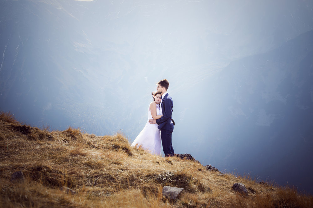 - Naszym największym marzeniem było zrealizowanie pleneru ślubnego w Tatrach. Przeglądając strony internetowe różnych fotografów, natrafiliśmy na stronę Krzyśka – i od razu wiedzieliśmy komu powierzyć realizację naszej wymarzonej sesji. Mimo tego, że z początku aura zupełnie nam nie sprzyjała, to jednak w końcu udało się zrealizować nasz cel :) Kasprowy Wierch zafundował nam cudowną pogodę i fenomenalne widoki (co pod koniec października nie często się zdarza). Współpraca z Krzyśkiem była dla nas wielką przyjemnością. Jego profesjonalizm i poczucie humoru sprawiło, że nasze spotkanie z nim będziemy mieć w pamięci na zawsze. A prześliczne zdjęcia, które powstały w trakcie sesji zdjęciowej są dla nas najwspanialszą pamiątką. Jeszcze raz serdecznie dziękujemy za wspaniałą współpracę i jeśli ktoś poszukiwałby fotografa do zrealizowania pleneru ślubnego w Tatrach, możemy polecić tylko jedną osobę – Krzysztof Baraniak.Kasia i Andrzej