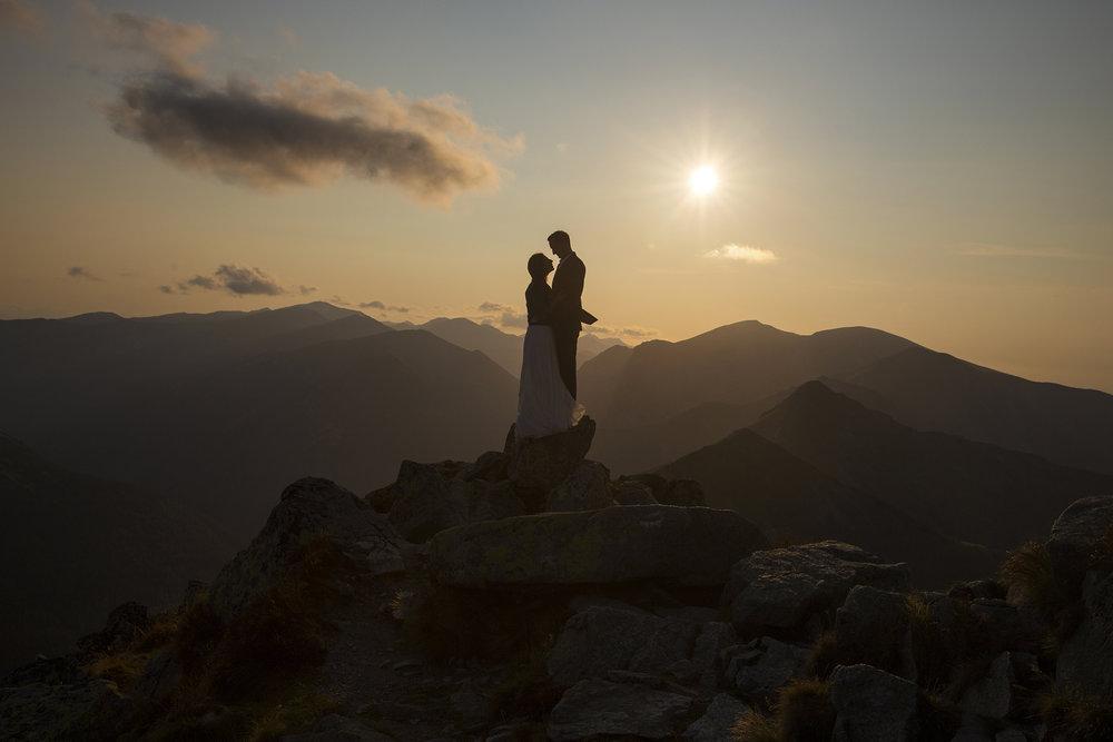 - Sesja zdjęciowa w Tatrach to najlepszy prezent, jaki mogliśmy sobie zrobić. Nasze pierwsze wspólne wakacje spędziliśmy w Tatrach..i stało się – zakochaliśmy się w nich i każde kolejne również spędzamy w górach. Zaręczyny nie mogły odbyć się w innym miejscu.. Marzeniem była nie tylko ślubna sesja zdjęciowa z najpiękniejszymi widokami na świecie, ale też możliwość poznania Tatromaniaka osobiście. Krzysiu stanął na wysokości zadania! Sesja była bardzo naturalna i zabawna, a zdjęcia wyszły cudownie – pełne magii, cudownych widoków, emocji i uczuć. Słowa zachwytu od Rodziny i przyjaciół słyszymy do dziś...Najwspanialsza pamiątka na całe życie! Krzysztof Baraniak to profesjonalista z pasją, polecamy każdemu! Dziękujemy za pomoc w spełnieniu naszego marzenia!Marta i Marcin