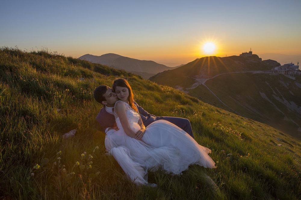 """- Mimo, iż sporo czasu już minęło, sesję z Krzyśkiem wspominamy jako świetną przygodę :) My w strojach ślubnych, piękna pogoda, a w tle nasze ukochane Tatry – o takiej sesji może marzyć każda młoda para. Zdjęcia mają w sobie """"to coś"""", niesamowite kolory i grę światła. Ważni na nich jesteśmy zarówno my, jak i góry, których piękno oddane jest w stu procentach. Sama sesja, choć dość długa, bardziej przypominała spacer ulubionym szlakiem, a obecności fotografa można było wręcz nie zauważyć. Współpracę z Krzyśkiem polecamy wszystkim, którzy góry kochają i chcą mieć wspaniałą pamiątkę do końca życia :)Paulina i Piotr"""