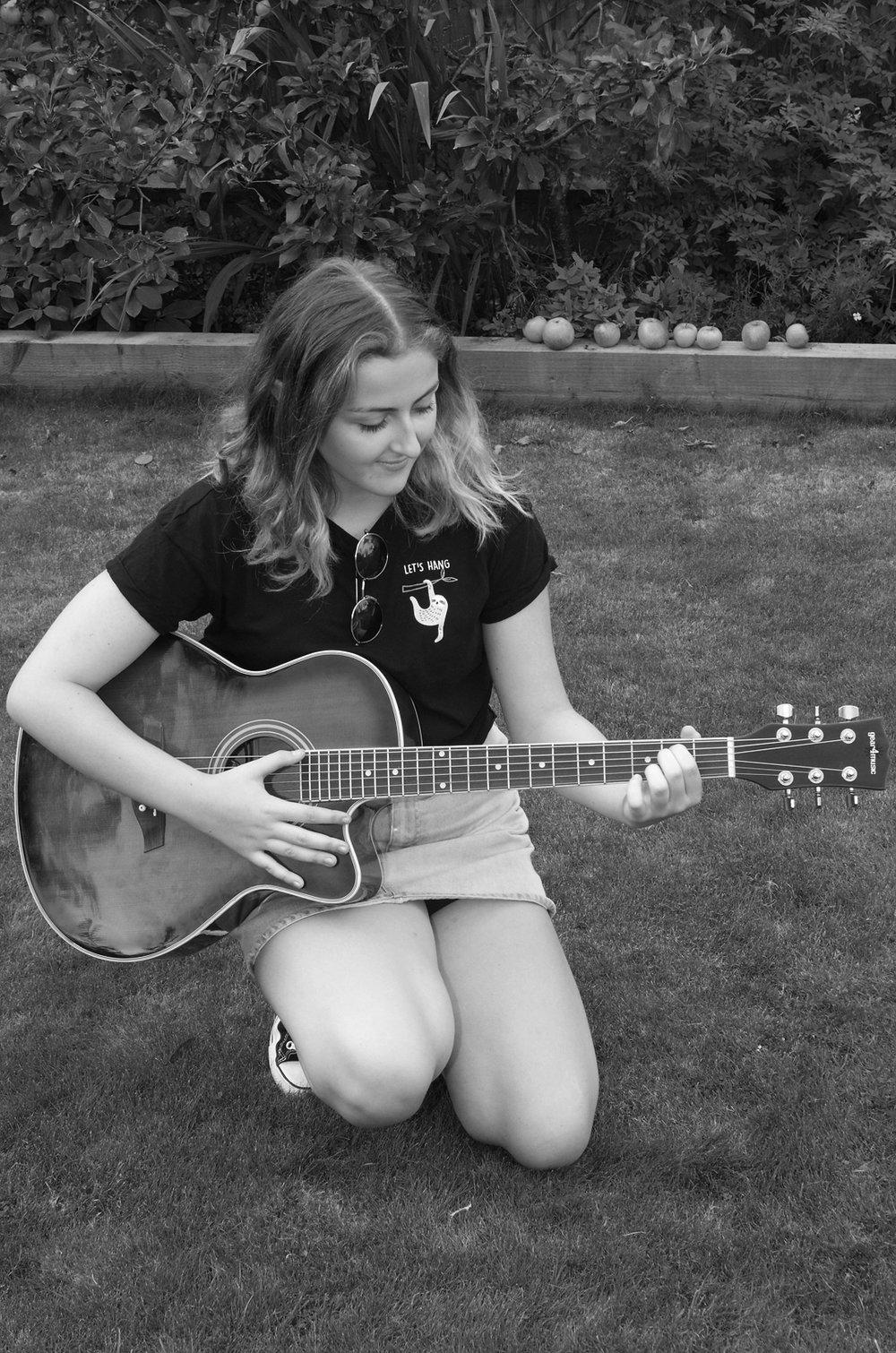 lauren blk guitar garden_DSC5409.jpg