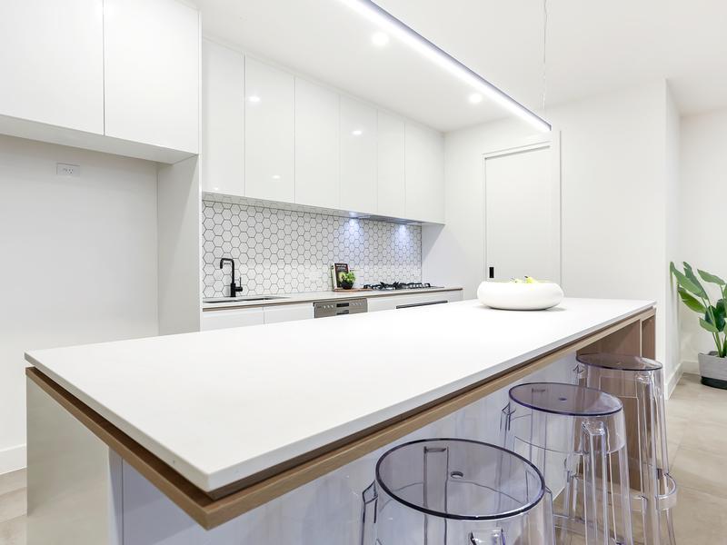 7181 ZI6910B6 MATT REC GLZ PCLN (300x600) kitchen & splashback 4294 SHAPE 2 RAL-9016 MATT HEXAGONAL GLZ PCLN (240x250sht).jpg