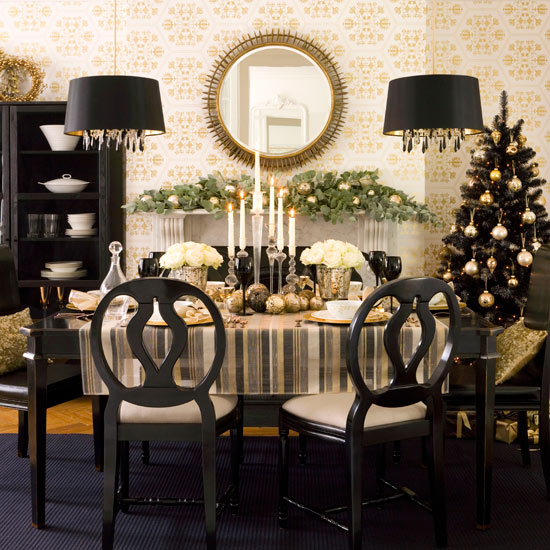 Christmas-table-decorating--traditional-Christmas-decorating-ideas--Christmas