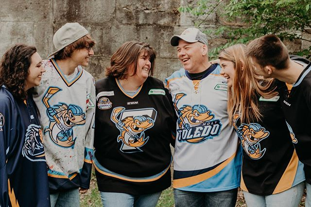 I had so much fun with this family the other day! Amber and Tony wanted to gift their mom a photoshoot for mother's day so we had the OG McCulloughs, the future Mrs. Jenna McCullough and Ambers boyfriend Mark there for the shoot and let me tell you there was not one part where I wasn't cracking up laughing at all their goofy-ness with each other! This family is like a second one to me and I am so happy I got to photograph them last weekend❤️😊 check out my story for more! • • • • • • • #gpresets #loveit #love #throwback #tb #socute #family #familyphotography #familyportraits #familyphotoshoot #daybreeze #shootandshare #unconventionaltogs #belovedstories #authenticlovemag #courtneyranesphotography #ohiophotographer