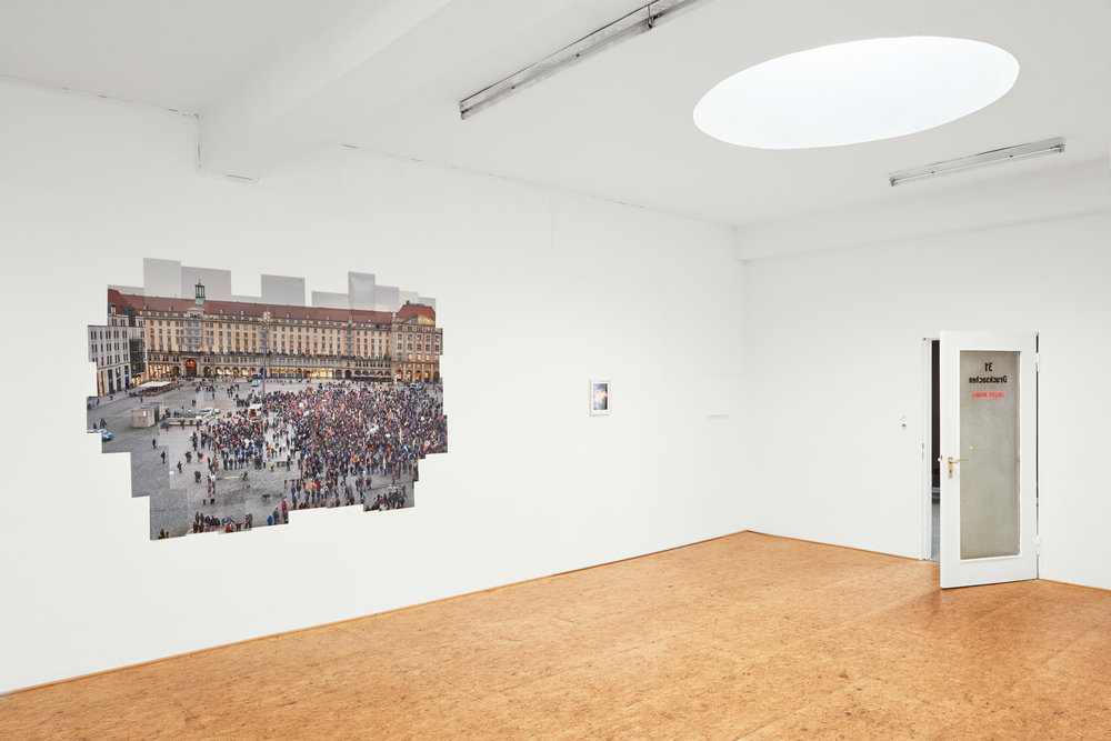 Installationsfoto: Die Fotoarbeit St. Anger des Bremer Künstlers Caspar Sessler in der Galerie Herold, Bremen