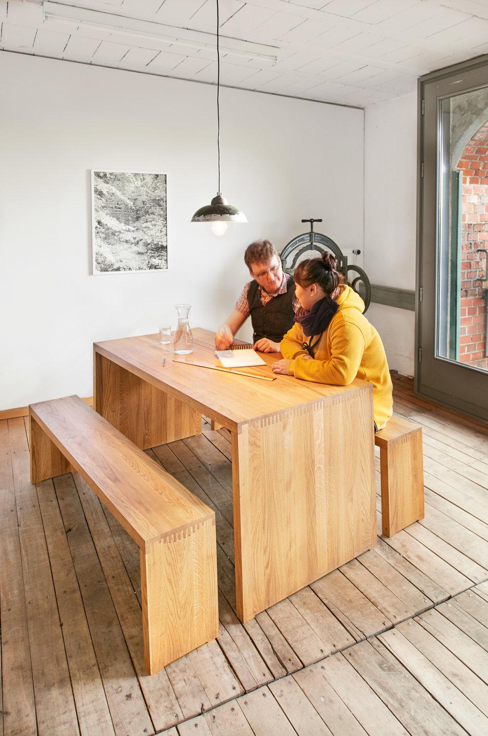 Produktabbildung: Tisch und Bankensemble »2 Grad« der Produktesigner Johanna Kreuter und Benedikt Jährling in der Hochschule für Künste Bremen, Bremen, 2016